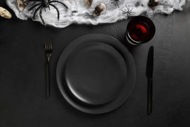 サブテーブルはあえてブラックを基調に!